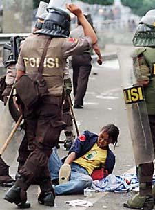 Polisi saat masih berada di bawah ABRI melakukan represi pada mahasiswa selama Reformasi 1998.